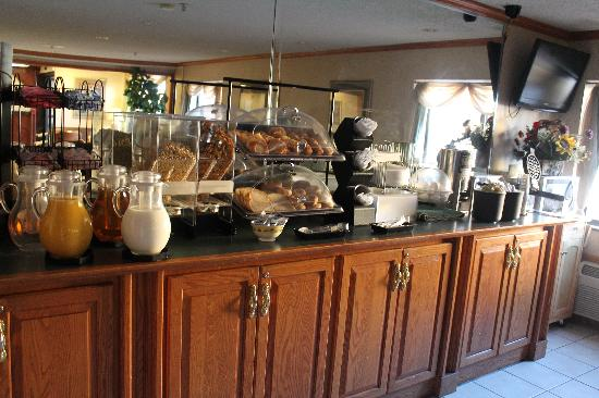 Country Hearth Inn & Suites: Breakfast
