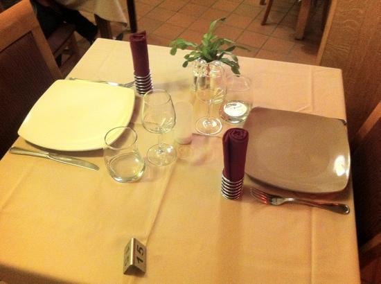 Inter-Hotel IKAR Blois sud: la table au restaurant très sympa
