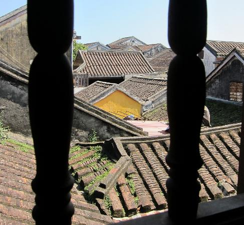 Vinh Hung Heritage Hotel: View of roofs from another window in room 206