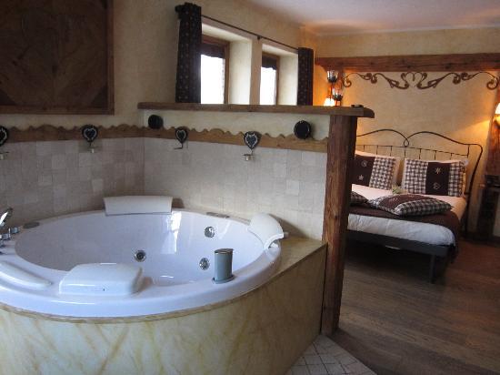Locanda Bellevue Inn: Vista vasca e letto