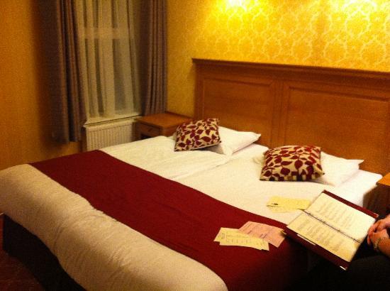 Hotel St. George: huge bed