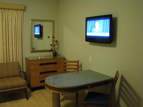Viscay Hotel: Room's flat screen TV and table