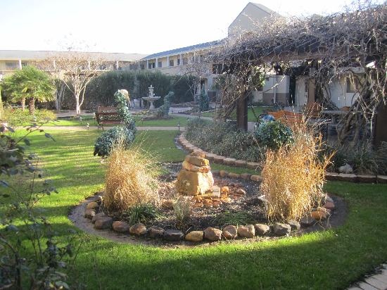 Vineyard Court Designer Suites Hotel: courtyard in February
