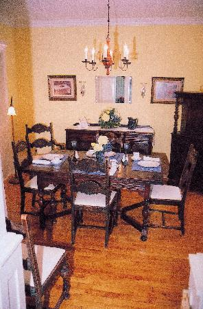 Heart Of Burlington Bed and Breakfast: Dining Room