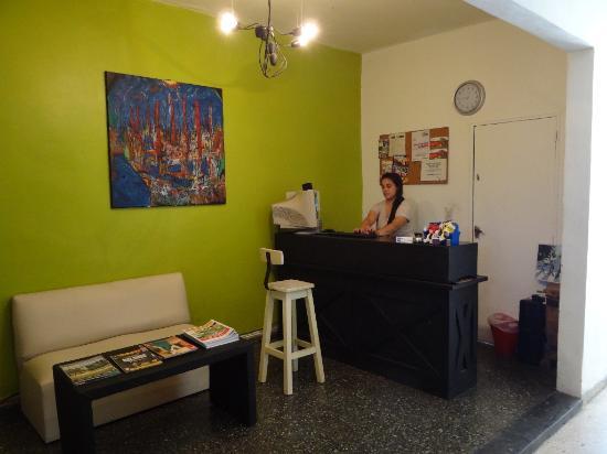 Open Bayres Hostel: Empfang und Aufenthaltsraum in einem