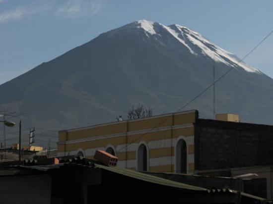 La Posada del Virrey : Volcano Misti from the balcony