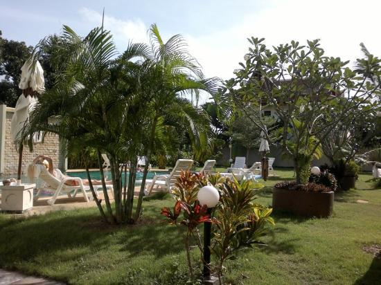 Babylon Pool Villas: Garden, view to the pool
