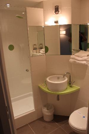 Kyriad Lyon Est - Saint Bonnet De Mure : la salle d'eau