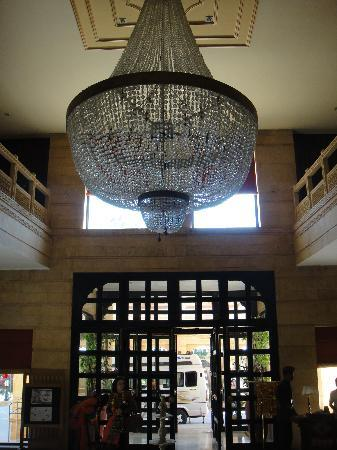Gorbandh Palace: The beautiful chandelier at the lobby