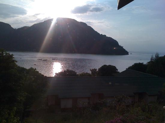 Phi Phi ViewPoint Resort: View in the evening from the balcony as sun gets ready to set