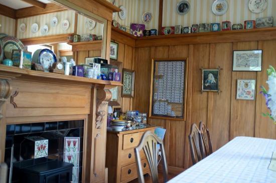 بايويك إن: Tin collection in the dining area