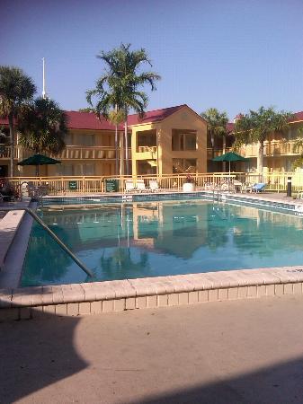 La Quinta Inn Ft. Lauderdale Northeast: L'hotel e la piscina