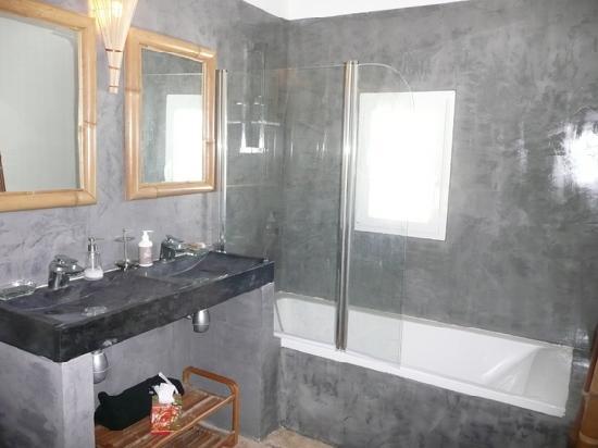"""Le Clos Des Princes : """"Zen"""" bathroom"""