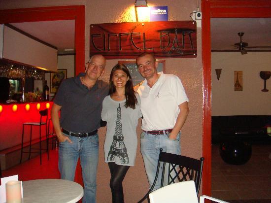Eiffel Bar: Entre 2 Mâaaaaales !!