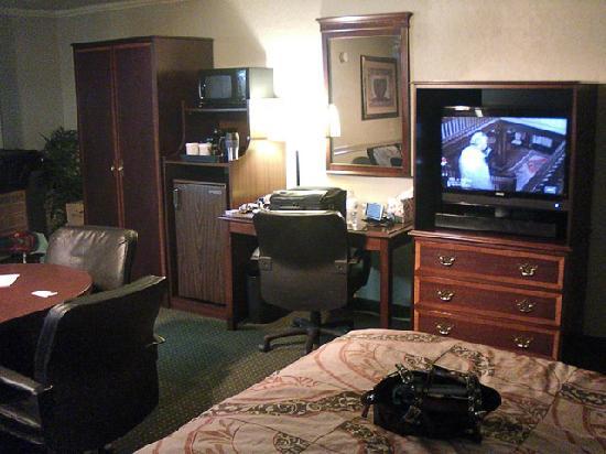 BEST WESTERN Plus Mark Motor Hotel : closet, microwave/fridge, desk and tv