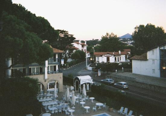 Serge Blanco Hotel Ibaia: restaurant de l'hôte 4 étoiles (photo prise à la tombée de la nuit)