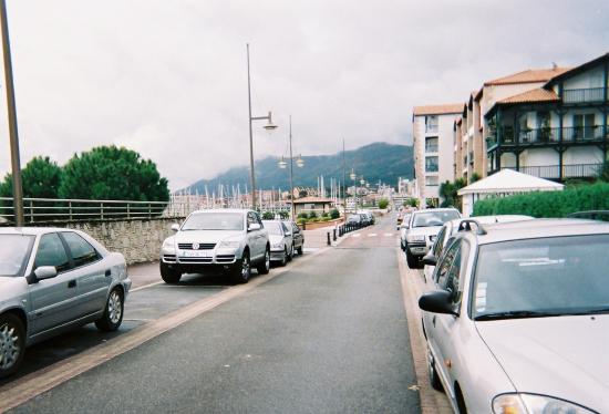 Serge Blanco Hotel Ibaia: En continuant tout droit vous êtes sur la plage à gauche.