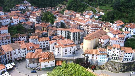 Hotel Casa Prendes: The town from the observation platform. The blue building central is the Prendes