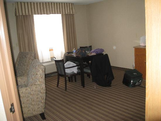 Comfort Inn Millersburg: View from bedroom door to the kitchen area