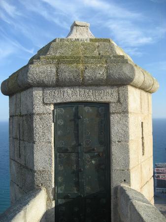 Castillo de Santa Bárbara: Garita de la Campana. Singular punto de observación del mar Mediterráneo. Castillo de Santa Bárb