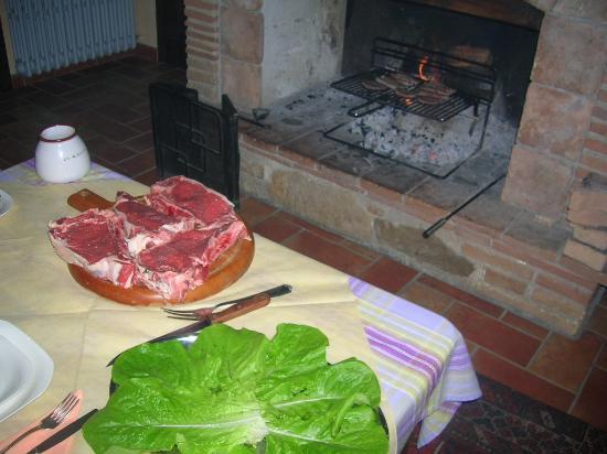 Casale La Pietra Gialla: bistecconi alla brace