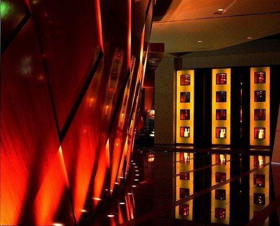 Grand Hyatt Tokyo : アート作品が並び、エレガントな中にダイナミックな印象のロビー