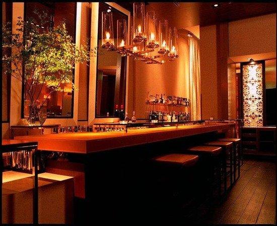 Grand Hyatt Tokyo : 揺らめくガス灯の炎とガラスのアートが印象的なバー「マデュロ」