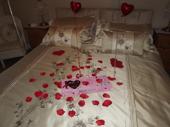 Elvington Guest house: Bed With Valentines Decorations
