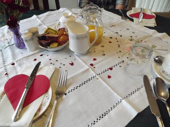 Elvington Guest house: Breakfast Table on Valentines Day