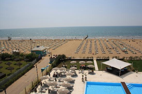 Adriatic Palace Hotel: la stanza con vista mare