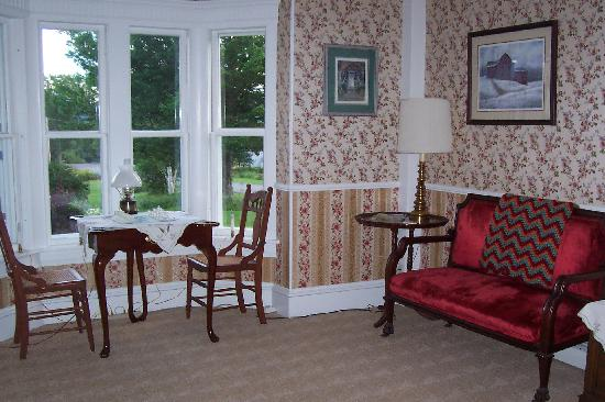 Fitch Hill Inn: Enjoy our sunny parlor year-round...