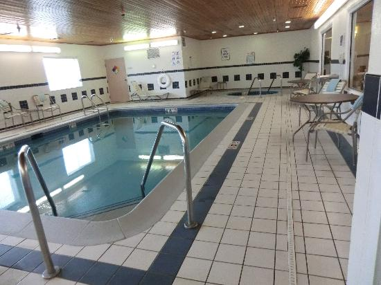 Quality Inn & Suites Keokuk North : piscine et jacuzzi