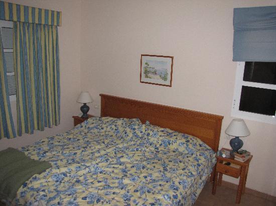 Jardin del Conde: sovrummet. Bind ihop sängarna med kappsäcksremmarna eller tag med två korta remmar hemifrån om d