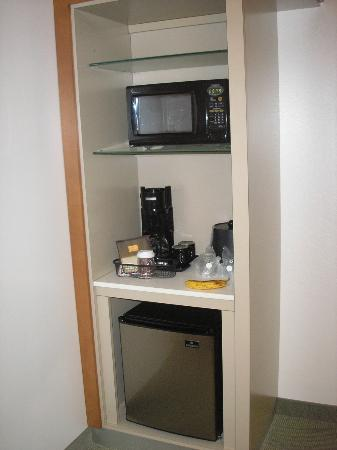 SpringHill Suites San Antonio Airport: microwave and mini fridge