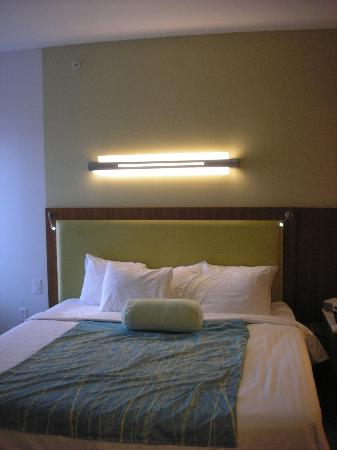 SpringHill Suites San Antonio Airport: bed with reading lights