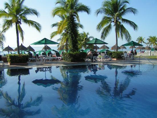 Royal Decameron Beach Resort, Golf & Casino : La piscine du lobby 1
