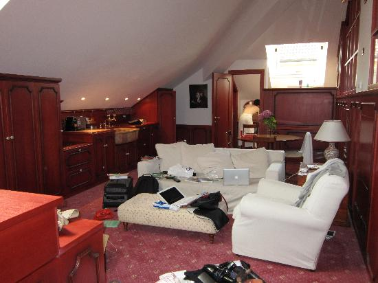 Camperio House Suites & Apartments: Photo of living area (pardon the mess!)