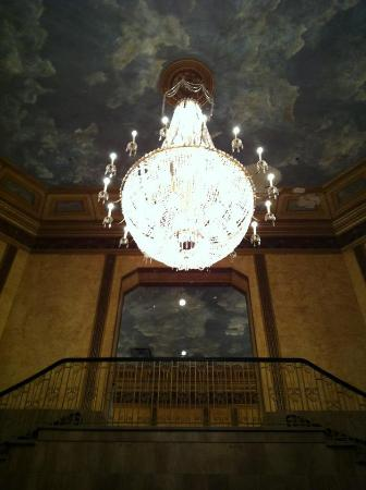 Crowne Plaza Niagara Falls - Fallsview: Gorgeous chandelier and painted ceiling!