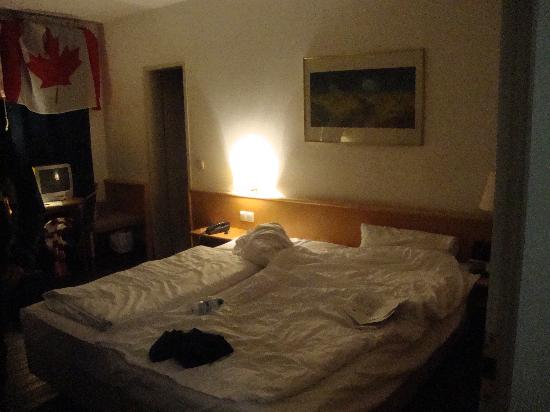 The 4You Hostel & Hotel Munchen: one side of the room - 2 single beds