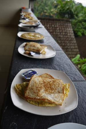 Warji House 1 Bungalows: Breakfast time!