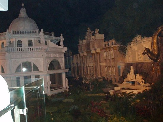 Grand Paradise Hotel Lembang : The yard