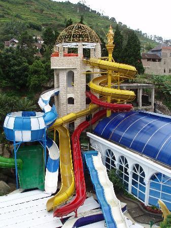 Grand Paradise Hotel Lembang : The Pool and indoor hot spring