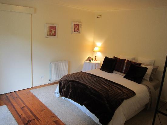 Leafield Cottages : Bedroom aspect 1