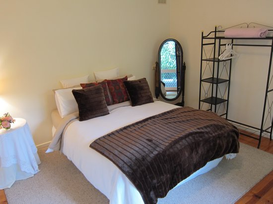 Leafield Cottages : Bedroom aspect 2