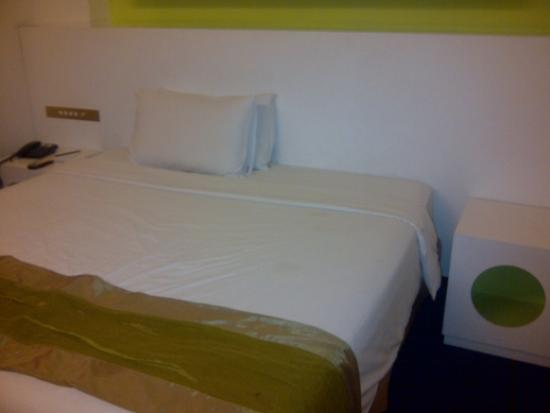 Q Hotel: King size bed