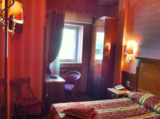 Hotel Vittoria : a tiny bedroom