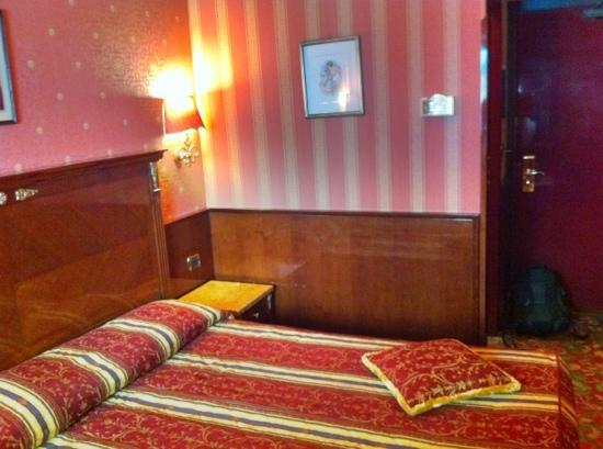 Hotel Vittoria: a bedroom
