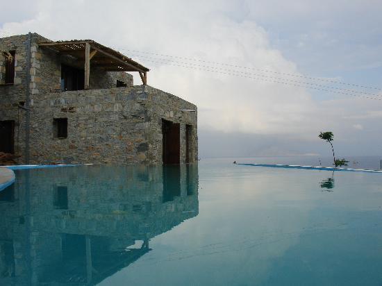 Pyrgos Exclusive Boutique Villas: Pool reflaction
