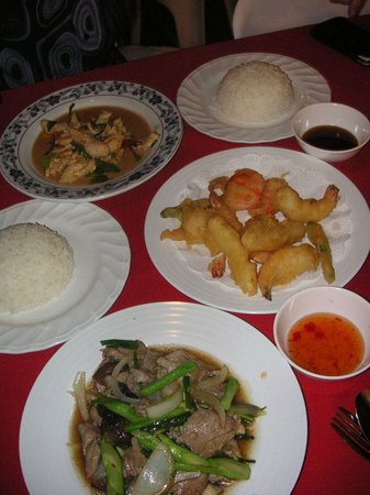 chomkluen thaifood restaurant : Beef With Oyster Sauce, Deep Fried Prawns and Chicken Curry