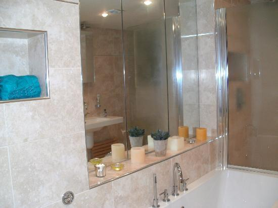 Annesdale House: bathroom